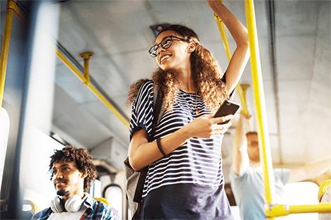 Imagen de viajera en un autobús.