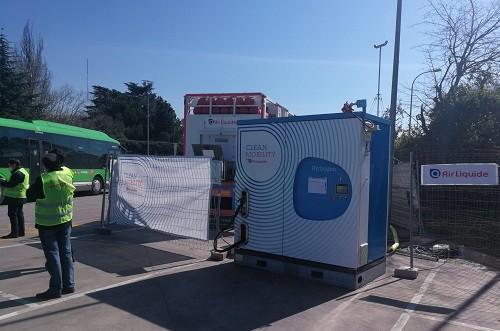 El gerente del Consorcio Regional de Transportes supervisa las pruebas de uno de los autobuses de hidrógeno que se testan en la Comunidad